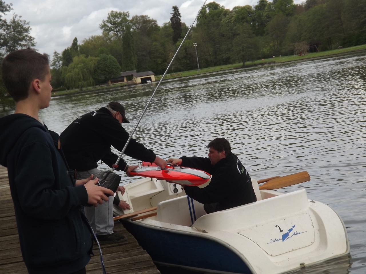 récupération d'un bateau avec la barque de récup